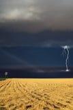 Starkes Gewitter über dem schiefen Feld Stockbilder