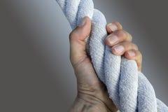 Starkes großes gealtertes Seil des Mannhandzupacken-Griffs Stockbilder