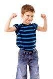 Starkes Kind, das die Muskeln zeigt Stockbild