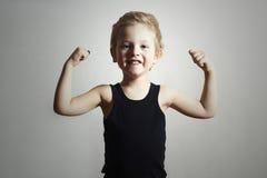 Starkes Kind. Lustiger kleiner hübscher Junge Boy.Sport Stockbild