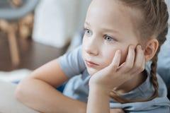 Starkes Kleinkindsitzen und -c$denken Stockfotografie
