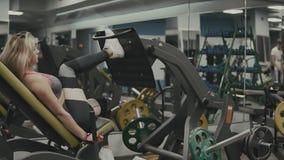 Starkes Mädchen, das Übung auf dem Sport ausbildet Apparate für Beine in der Turnhalle tut stock video footage