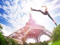 Starkes Mädchen, das nahe Eiffelturm ausbildet stockfotografie