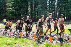 Starkes Mudder: Muddy Group von Rennläufern Stockfotos
