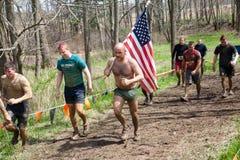 Starkes Mudder: Rennläufer-tragende amerikanische Flagge Stockfoto