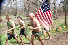 Starkes Mudder: Rennläufer-tragende amerikanische Flagge Stockfotos