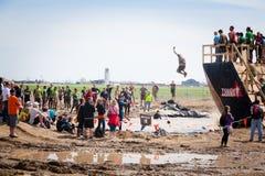 Starkes Mudder: Zuschauer am Weg die Planke Lizenzfreies Stockfoto
