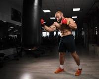 Starkes muskulöses Mannverpacken an der Turnhalle Lizenzfreies Stockbild