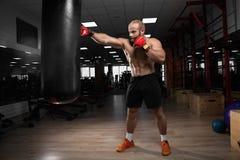 Starkes muskulöses Mannverpacken an der Turnhalle Lizenzfreies Stockfoto