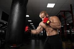 Starkes muskulöses Mannverpacken an der Turnhalle Stockfotos