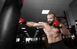 Starkes muskulöses Mannverpacken an der Turnhalle Stockfoto