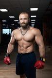 Starkes muskulöses Mannverpacken an der Turnhalle Stockbilder