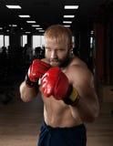 Starkes muskulöses Mannverpacken an der Turnhalle Stockfotografie