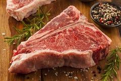 Starkes rohes T-Bone-Steak Stockfoto