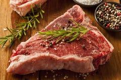 Starkes rohes T-Bone-Steak Stockfotos