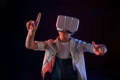 Starkes Schulmädchen, das einen VR-Kopfhörer trägt lizenzfreies stockbild