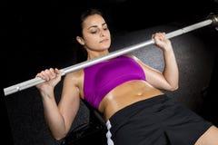 Starkes sexy Frauen-Bankdrücken Stockfotos