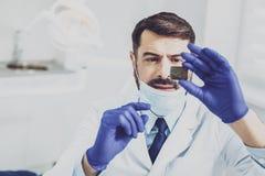 Starkes stomatologist, das Röntgenüberprüfung tut Lizenzfreie Stockfotos