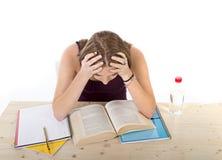 Starkes Studentmädchen, das für Hochschulprüfung im Druck studiert stockbild