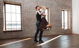Starkes Tanzcouchtanzen mit alter Dame am Ballsaal Stockbilder