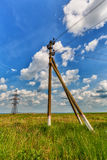Starkstromleitung und bewölkter Himmel stockfotografie