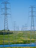 Starkstromleitungen des Wivenhoe-Kraftwerks. Stockbilder