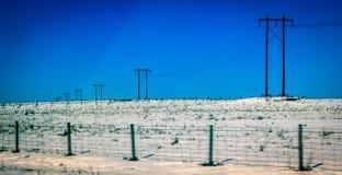 Starkstromleitungen im Schnee Stockfotos