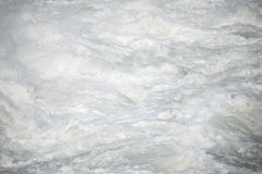 Starkt flödande vatten för abstrakt bild Arkivbild