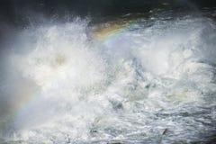 Starkt flödande vatten för abstrakt bild Royaltyfri Fotografi