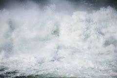 Starkt flödande vatten för abstrakt bild Arkivbilder