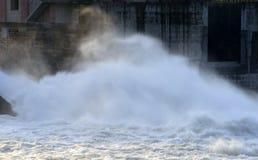 Starkt flödande vatten för abstrakt bild Arkivfoton