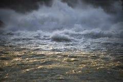 Starkt flödande vatten för abstrakt bild Royaltyfri Foto