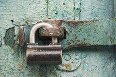 Starkt lås på gammal dörr Royaltyfri Bild
