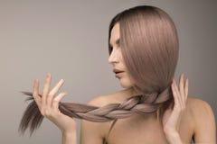 Starkt och sunt långt purpurfärgat hår fotografering för bildbyråer
