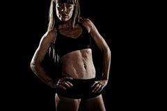 Starkt posera för sportfräknekvinna som var utmanande i kall inställning med bården, byggde kroppen Royaltyfri Bild