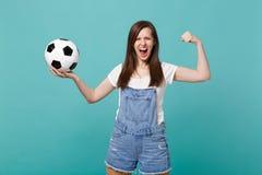 Starkt skrikigt kvinnafotbollsfanjubel upp det favorit- laget för service med fotbollbollen som visar biceps, muskler som isolera arkivbild