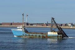 Starlight рыболовецкого судна промышленного рыболовства с барьером урагана в ба стоковые изображения