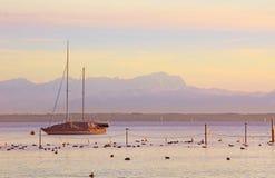 Starnberger ve, velero y zugspitze Imagen de archivo libre de regalías