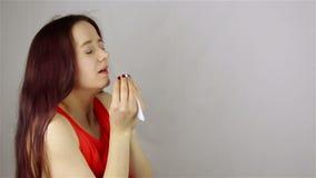 Starnutendo una giovane donna archivi video
