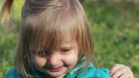 Starnuti della bambina stock footage
