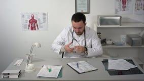 Starnuto e tosse malati di medico archivi video