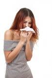 Starnuto malato della donna dovuto influenza, freddo, allergia Immagini Stock
