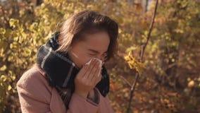 Starnuto malato della ragazza all'aperto stock footage