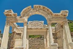 Starożytny Grek świątynna fasada przeciw jasnemu niebieskiemu niebu Zdjęcia Stock
