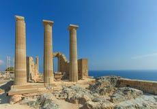 Starożytnych Grków filary na szczyciefal tg0 0n w tym stadium Lindos akropolu Obrazy Royalty Free