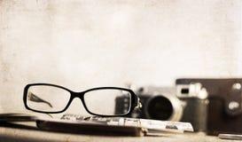 Staromodna kamera i eleganccy szkła Fotografia Royalty Free