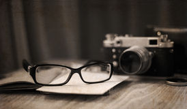Staromodna kamera i eleganccy szkła Zdjęcie Stock