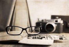 Staromodna kamera i eleganccy szkła Obraz Stock