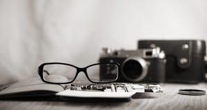 Staromodna kamera i eleganccy szkła Zdjęcia Royalty Free