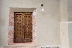 Staromodny drewniany drzwi na betonowej ściany teksturze Zdjęcie Royalty Free
